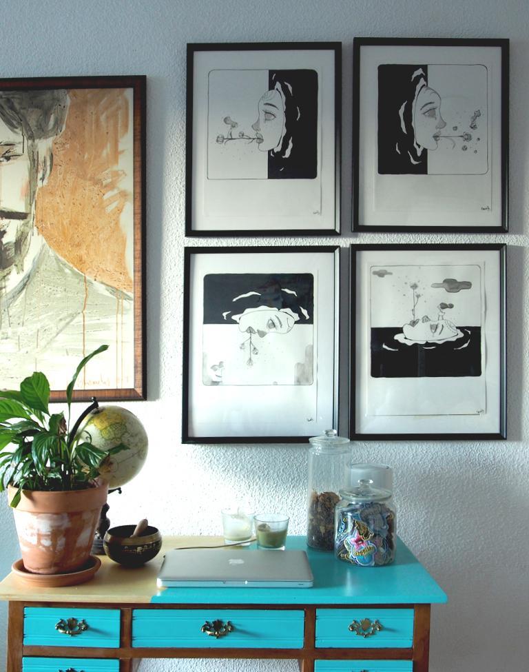 una fotografía con un muestrario de cuadros expuestos