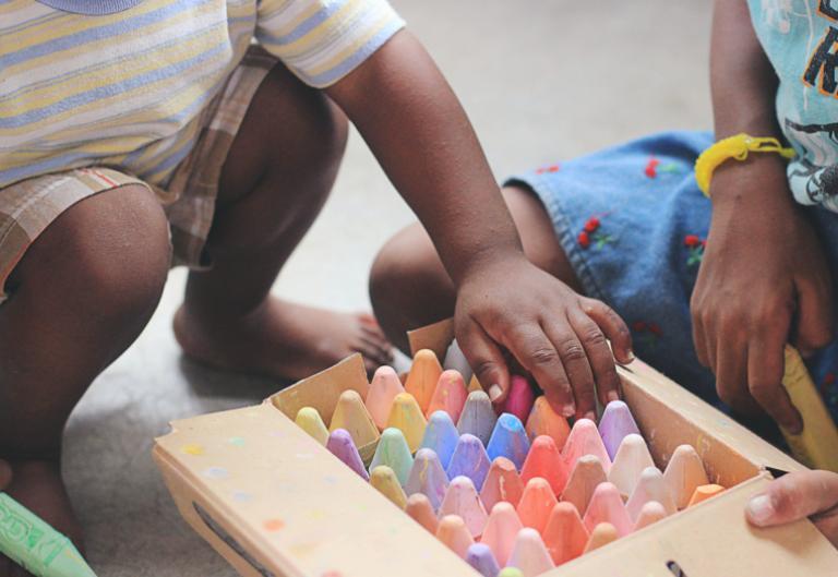 Niños aprenden jugando y creando
